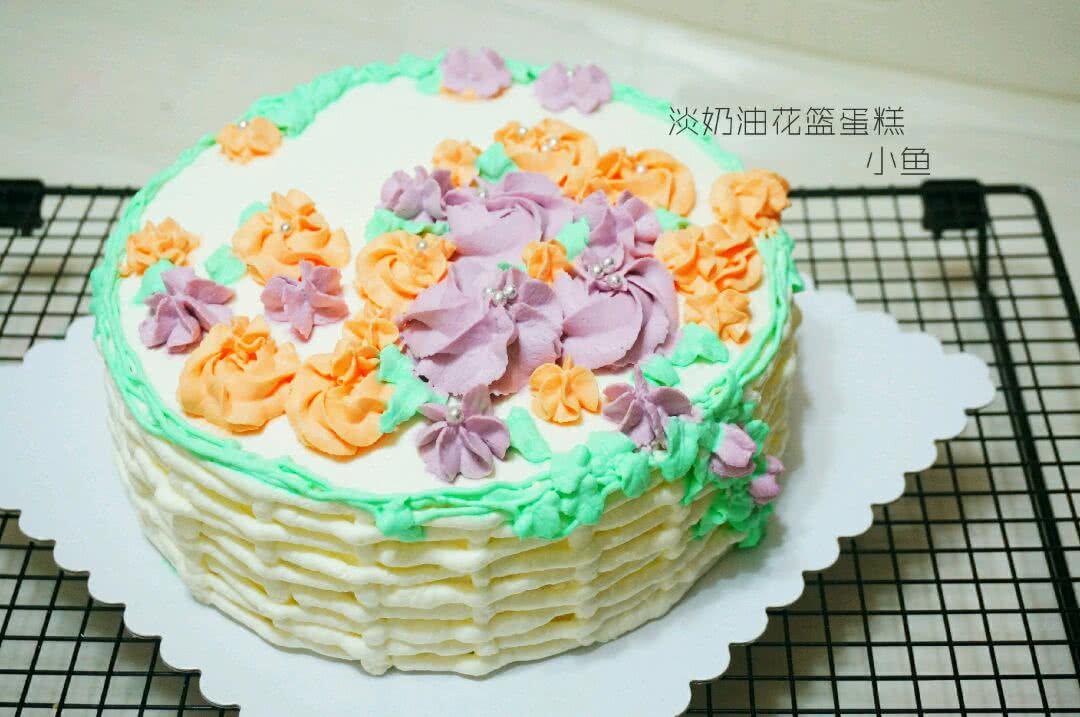 小贴士 蛋糕裱花就像是在蛋糕上画画一样,新手在制作中总会遇到各种