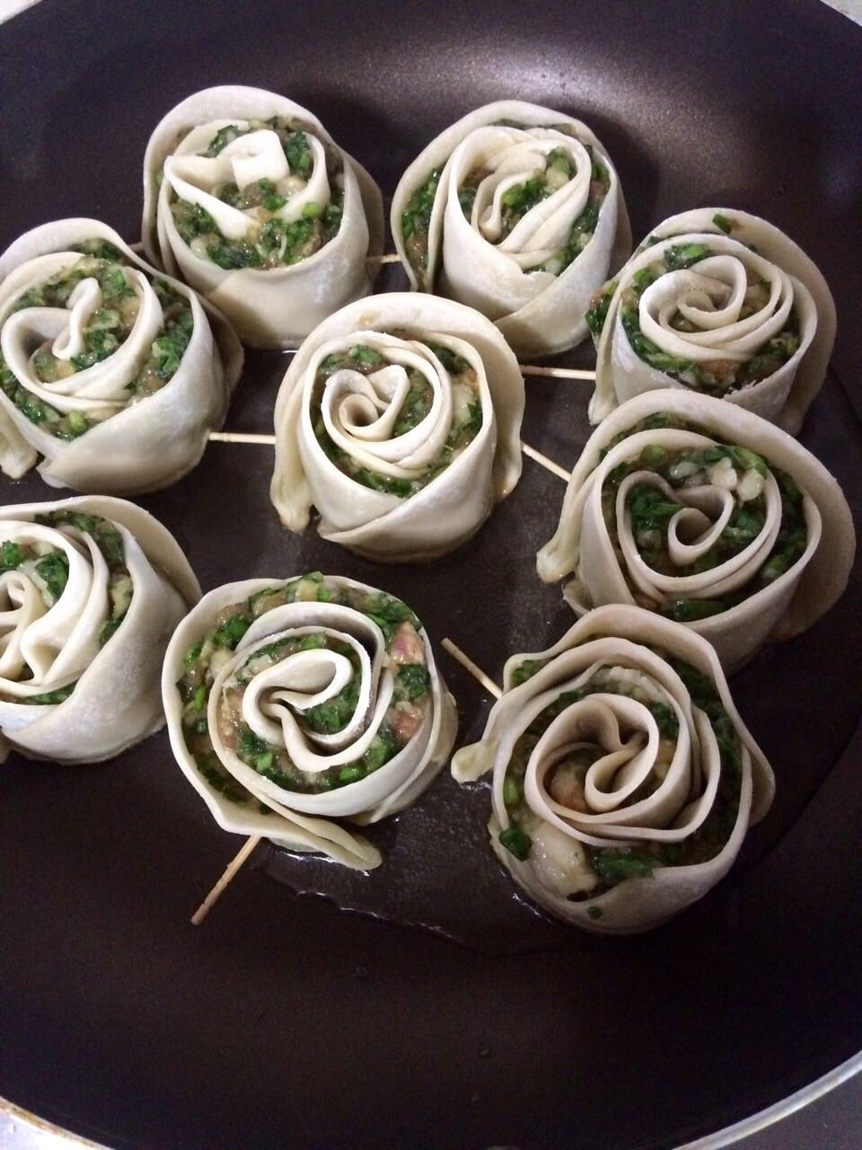 玫瑰花饺子皮卷的做法图解5