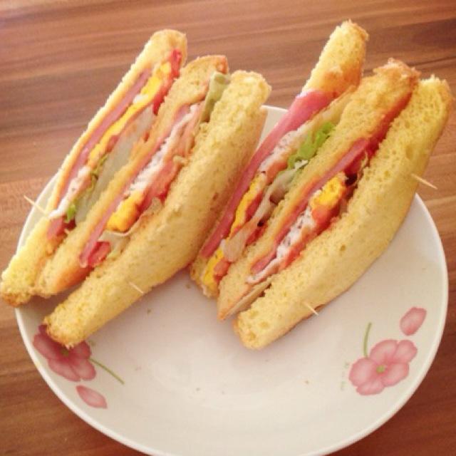 火腿鸡蛋三明治的做法步骤 1.