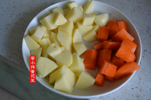 土豆,胡萝卜削皮切丁