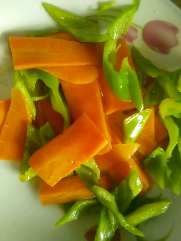 青椒胡萝卜炒腐竹的做法步骤