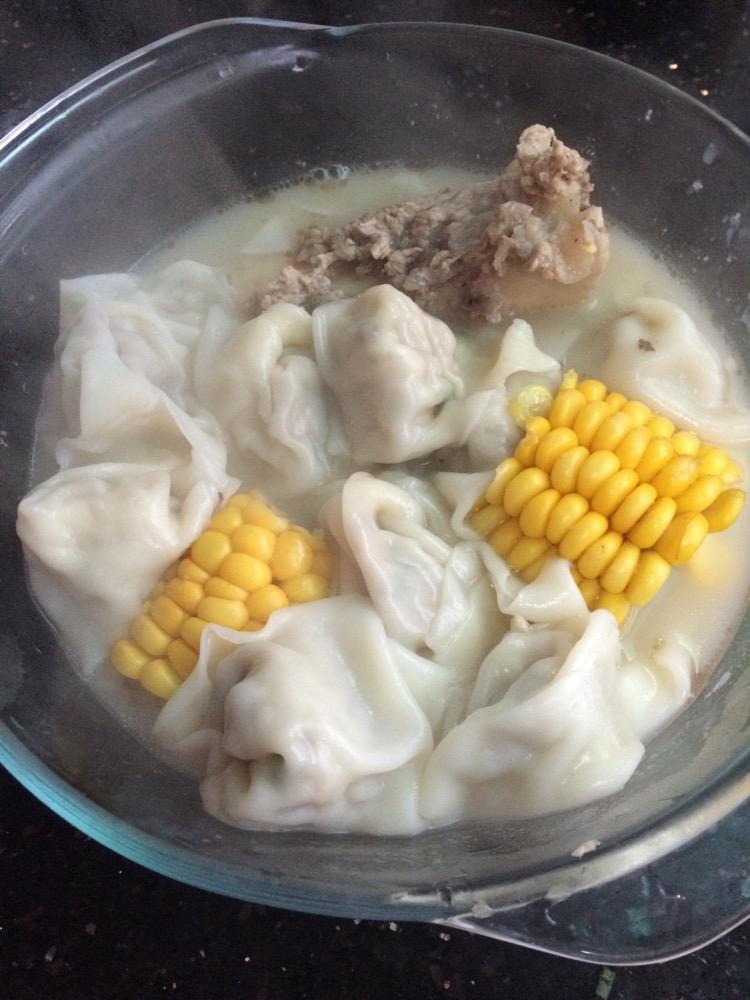 筒骨馄饨的做法步骤 包馄饨的过程中,将筒骨放入生姜和玉米,在砂锅中