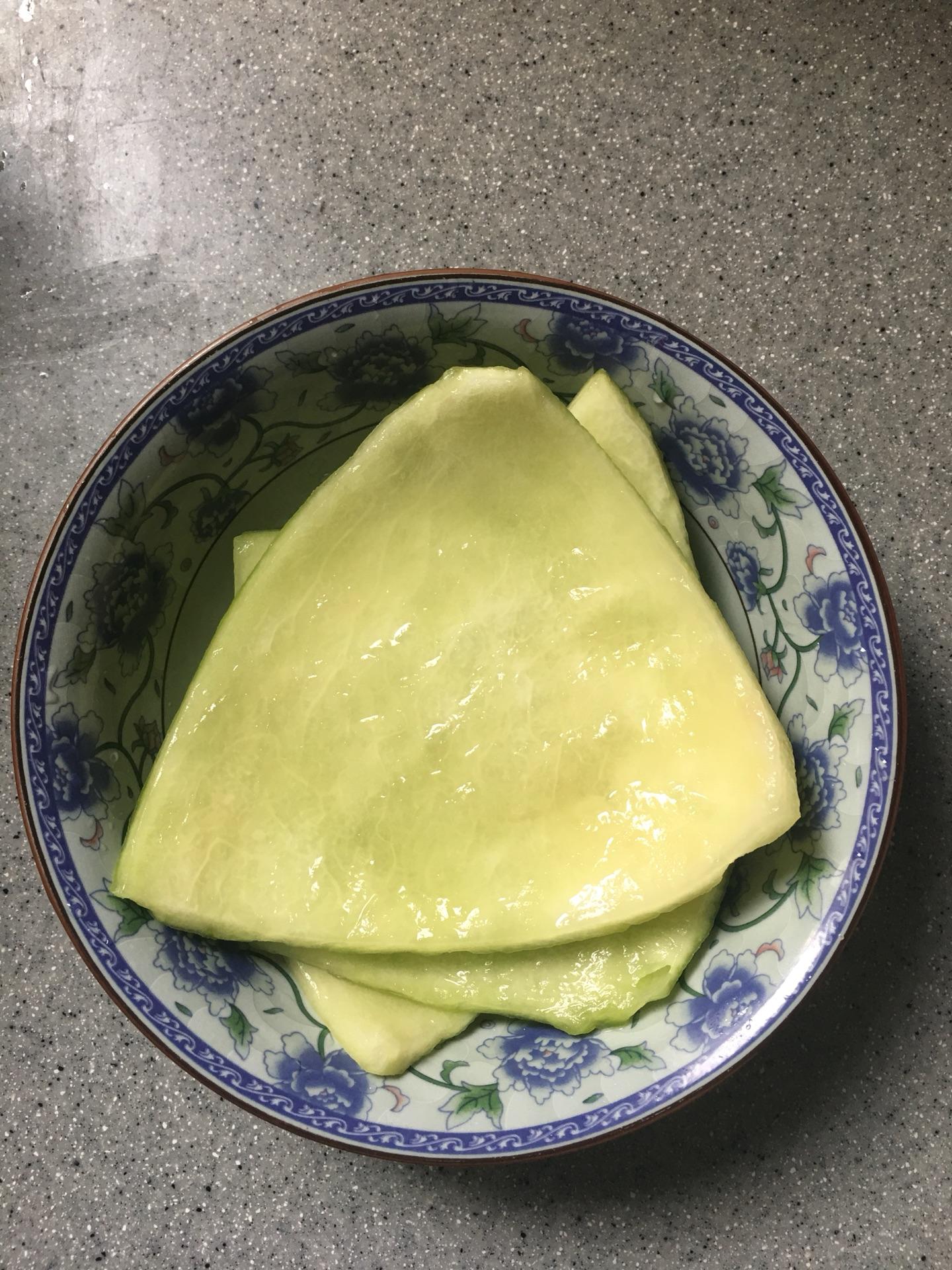 1/2西瓜去囊,去皮后切块洗净,抹盐腌制半小时左右.