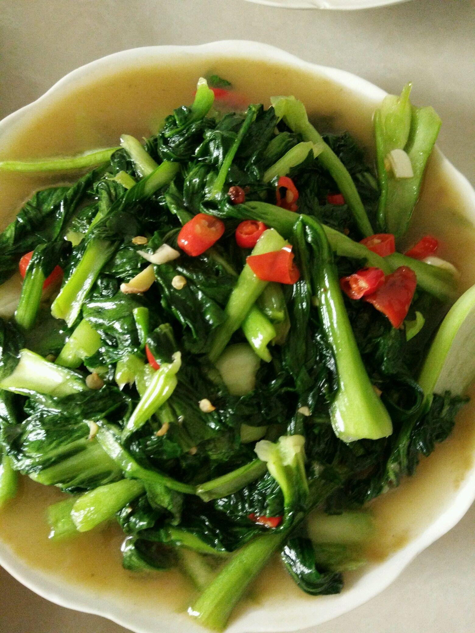 青菜500g 盐适量 鸡精适量 蒜适量 小辣椒 姜 爆炒青菜的做法步骤 1.