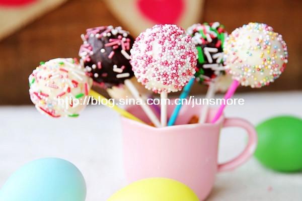 辅料   黑巧克力,白巧克力,装饰糖珠各适量 棒棒糖蛋糕的做法步骤 1.