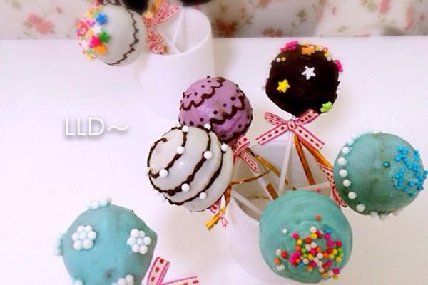 白色,紫色,蓝色,黑色巧克力适量 装饰糖适量 棒棒糖蛋糕的做法步骤