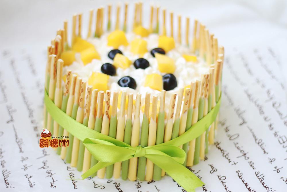 榴莲1个 芒果少许 蓝莓适量 饼干棒6盒 榴莲千层蛋糕的做法步骤 1.