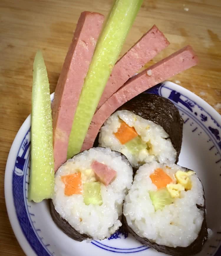 用寿司竹帘,放上一张海苔,铺上米饭,挤一些千岛酱,然后把鸡蛋,黄瓜