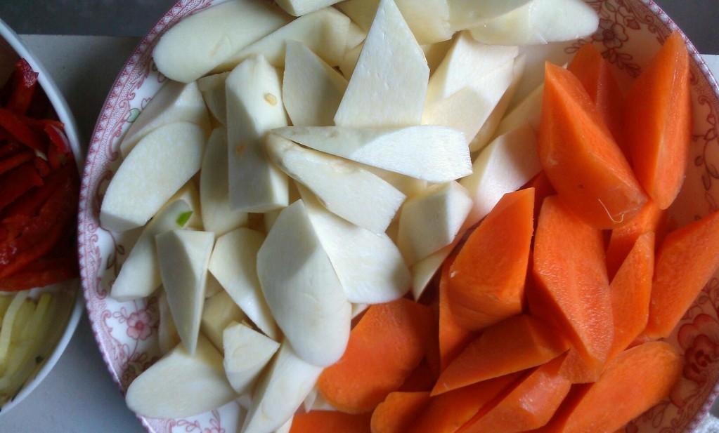 将茭白和胡萝卜切成如图的样子.