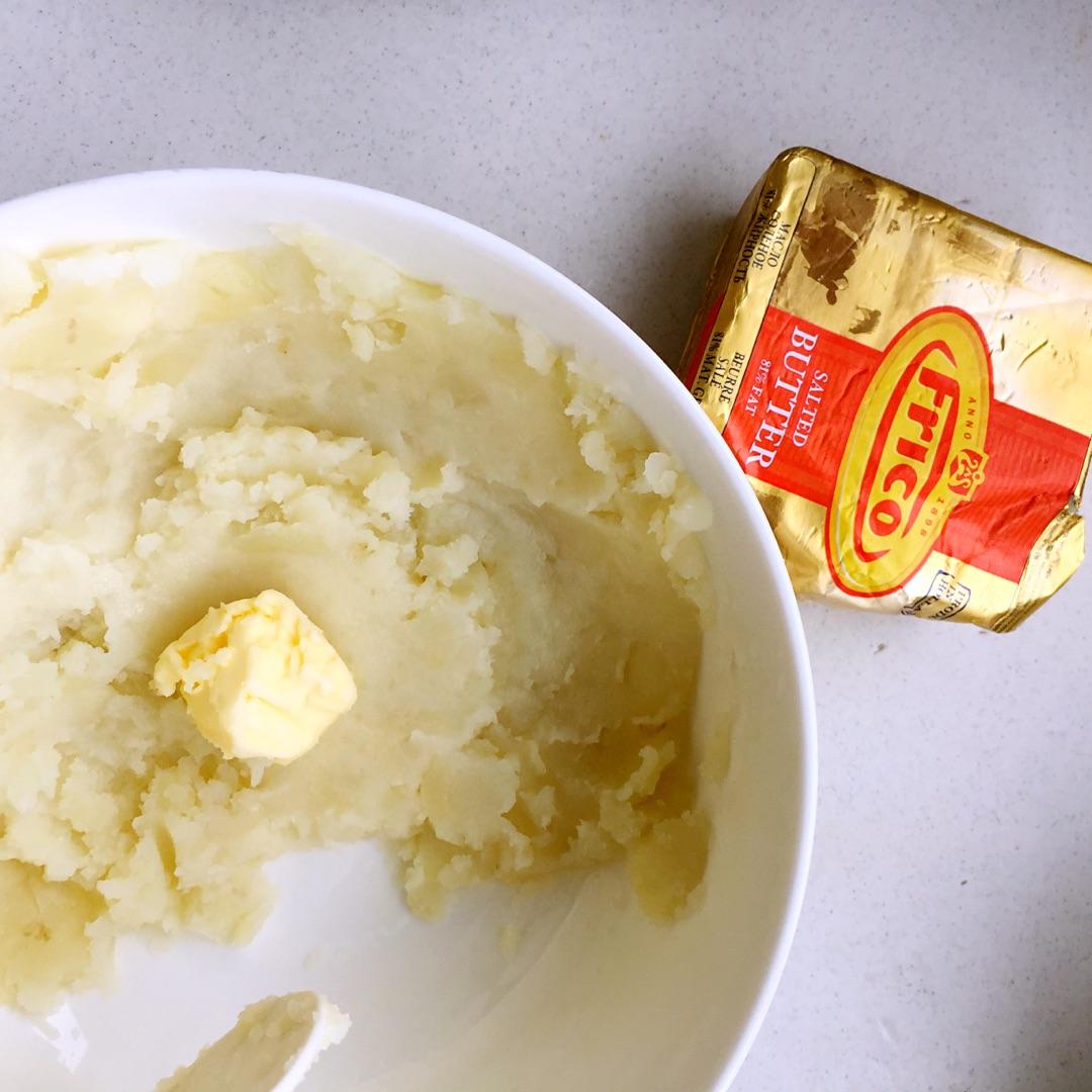 然后趁土豆泥还热的,加入一块黄油融化搅拌均匀图片