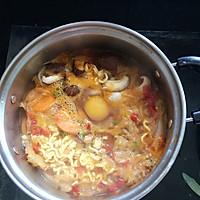 用奶锅把水烧开后,先放入拉面和调料包,铺上