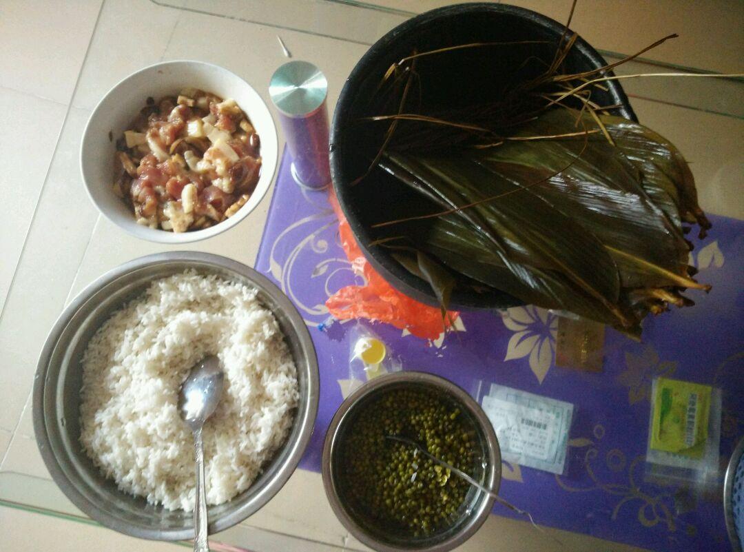 包粽子的做法步骤 1.