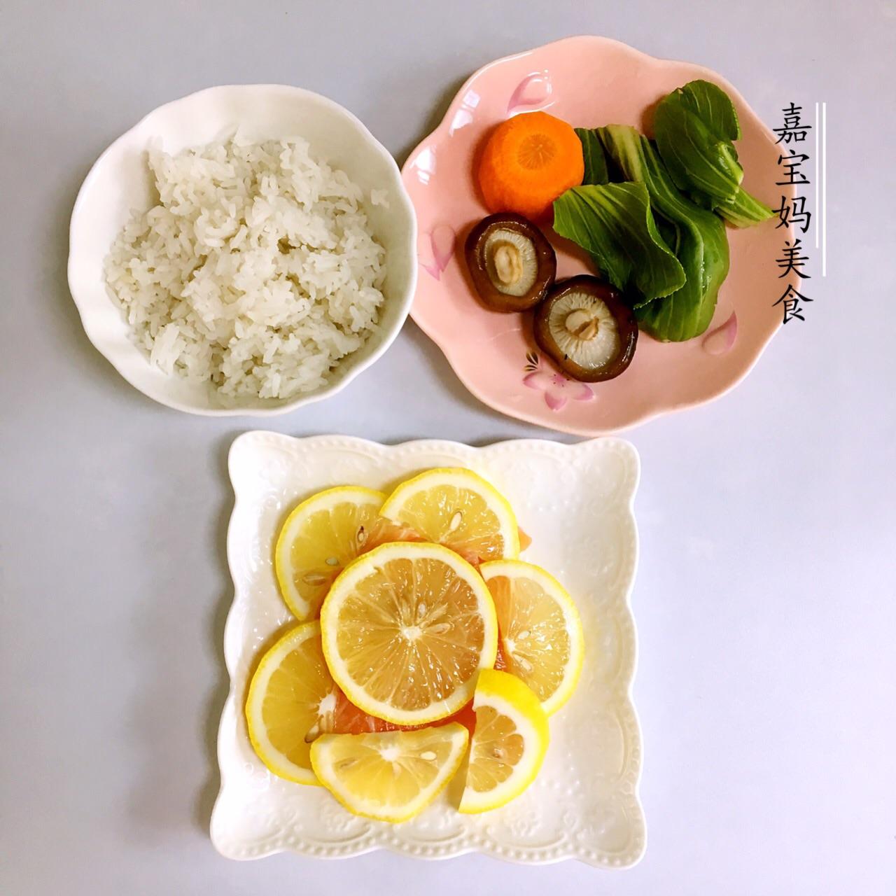 三文鱼蔬菜饭团的做法步骤 ps:加水煮一下,米饭就不会太干,宝宝也会