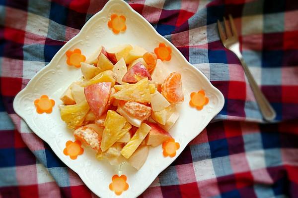 梨半个 菠萝三分之一个 丘比千岛酱2勺 胡萝卜9片 水果沙拉的做法步骤