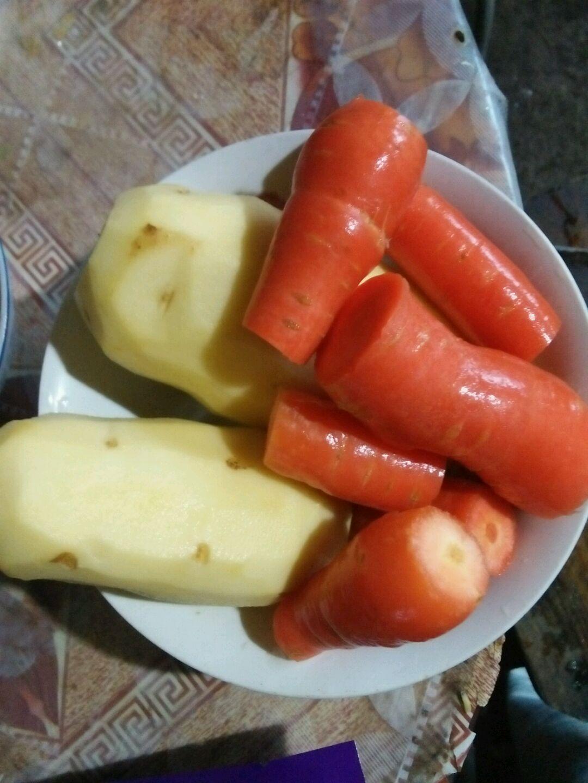土豆削皮,胡萝卜洗干净备用