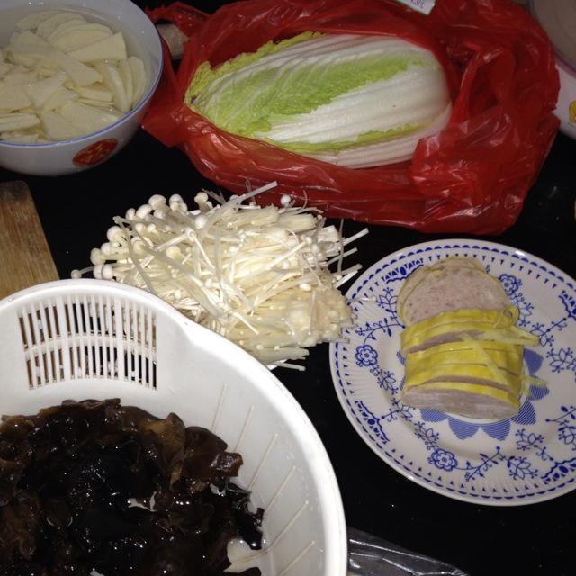 火锅配菜准备好,木耳泡发,午餐肉切片,蔬菜洗净