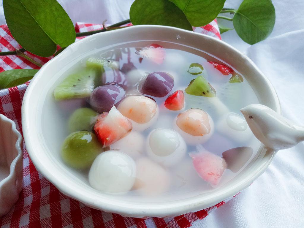 合家团聚吃元宵,寓意新年团圆甜蜜,不过在南方,吃得较多的还是汤圆.