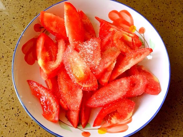 10分钟左右       主料 西红柿100g 白糖适量 糖拌西红柿的做法步骤