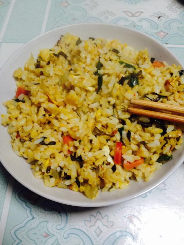 2碗 3个 火腿肠1根 大蒜叶3根 腌菜2勺 菜籽油1勺 蛋炒饭的做法步骤 1