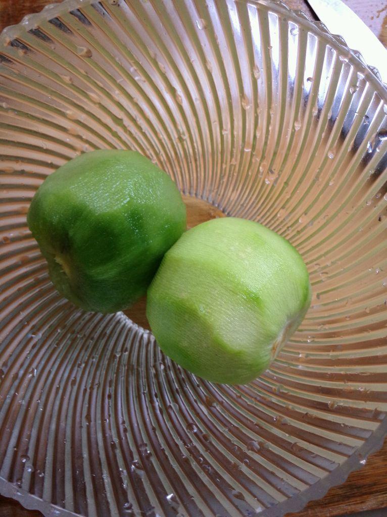 猕猴桃柠檬汁的做法步骤 4. 把猕猴桃放入豆浆机,加适量水