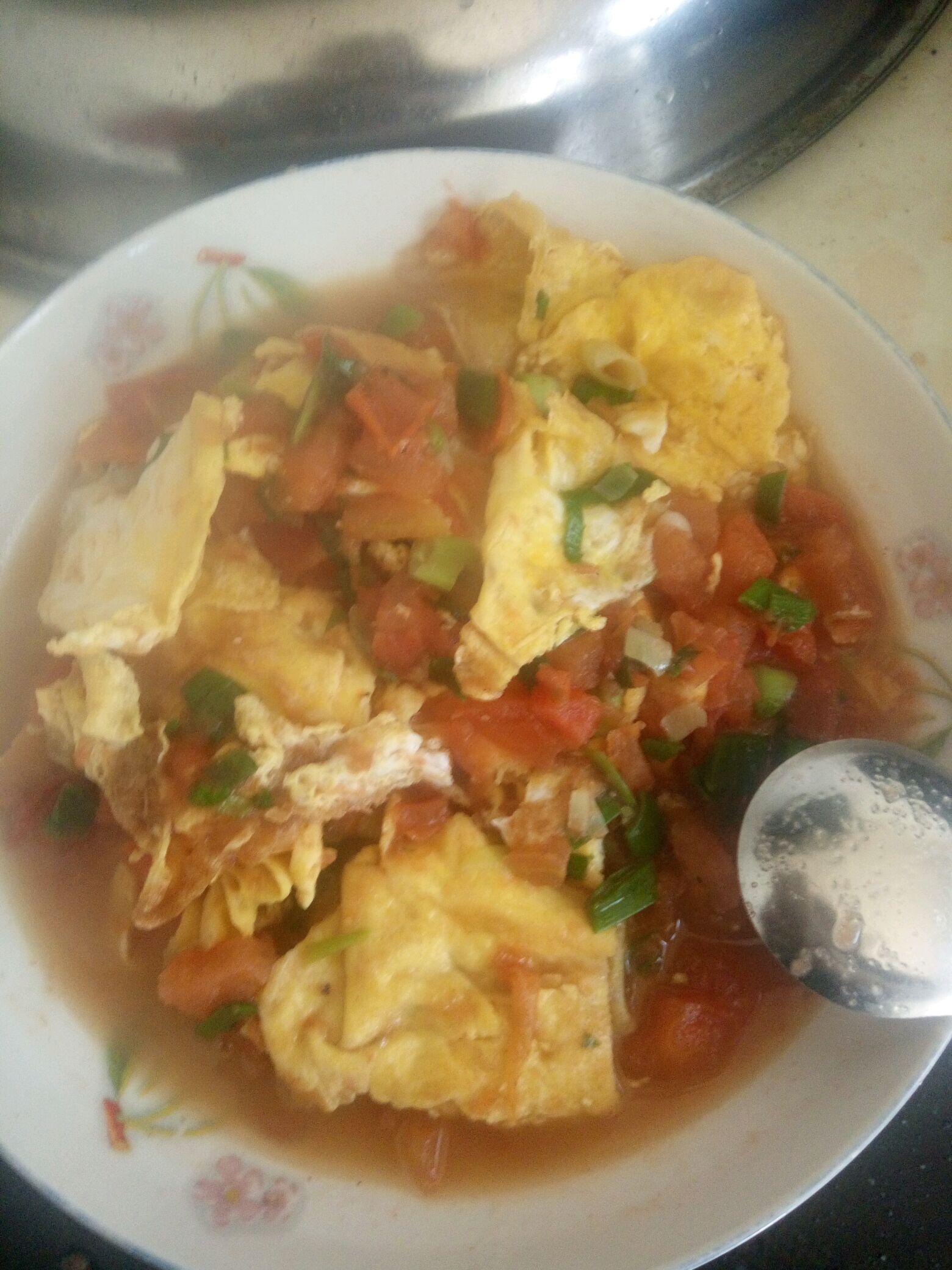 白糖一食勺 盐一食勺 香葱一根 番茄三~四个 西红柿炒蛋的做法步骤 4.