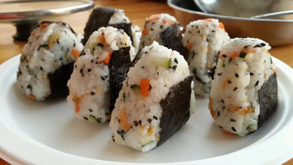 海苔10张 寿司醋少许 酱油少许 辅料   盐少许 寿司的做法步骤 寿司的