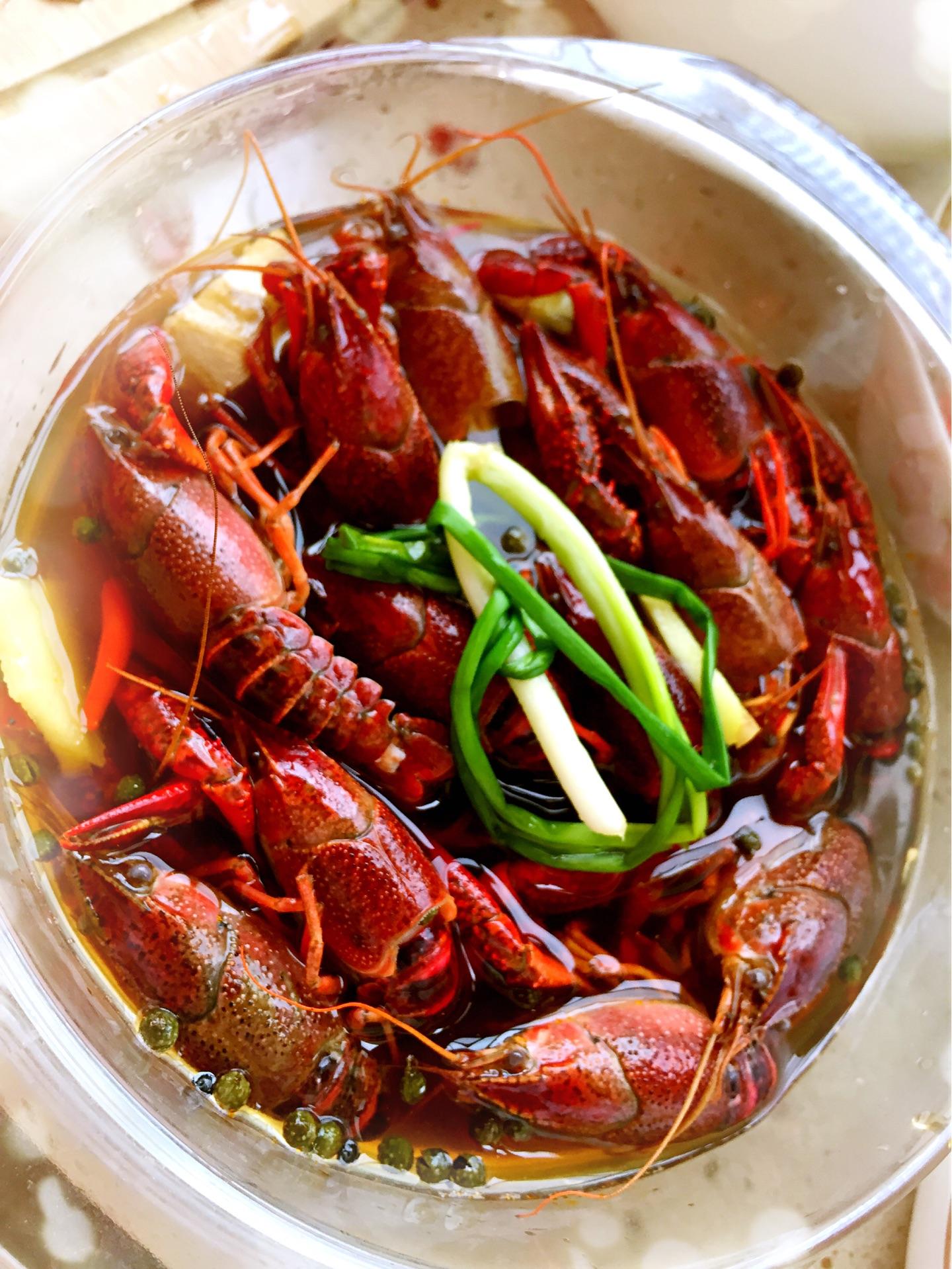 清洗小龙虾,买回来以后放在盐水中浸泡1小时左右,吐干净里面的脏水