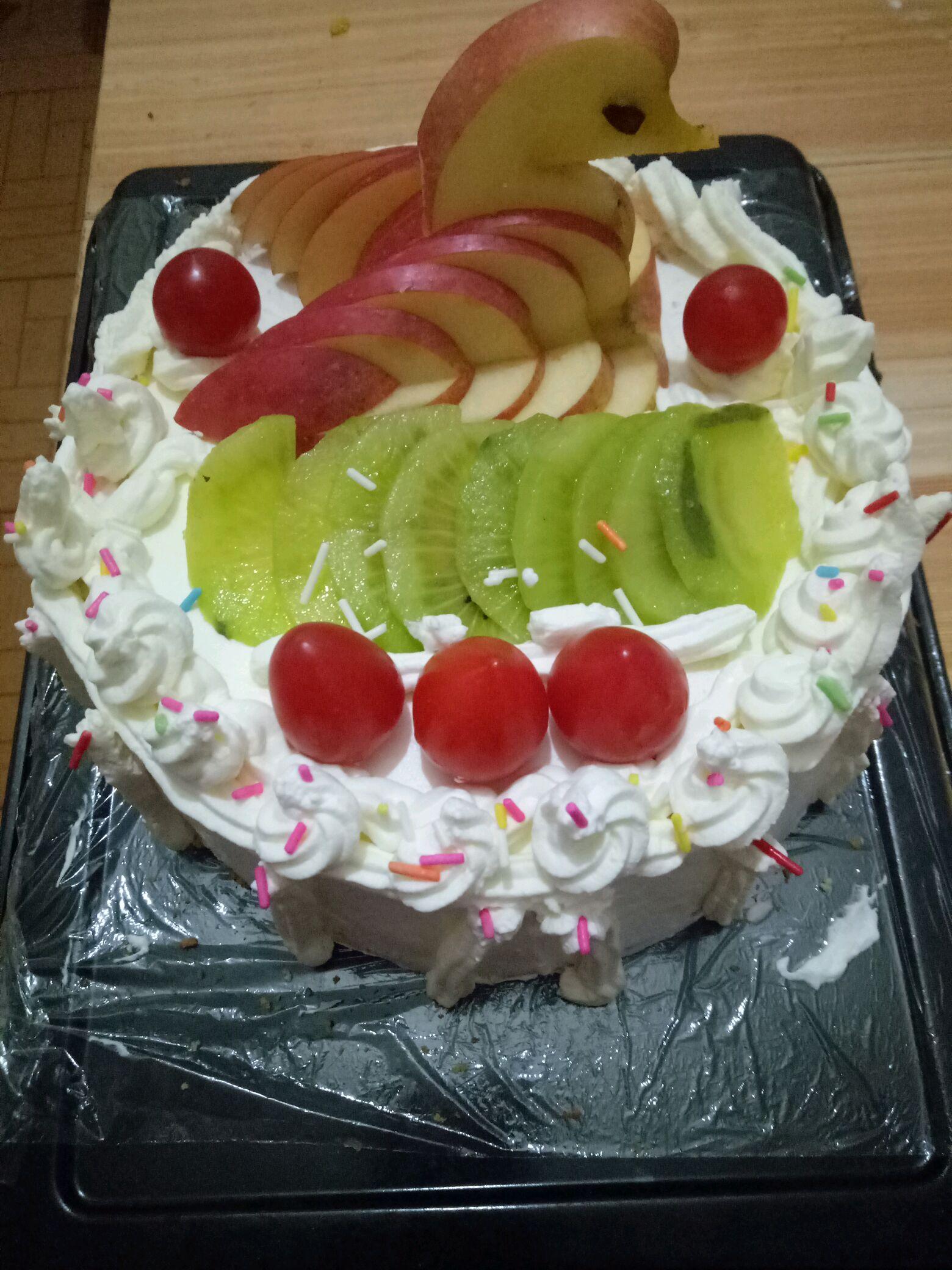 水果适量 淡奶油500g 蛋糕装饰彩针适量 女神节-天鹅蛋糕的做法步骤