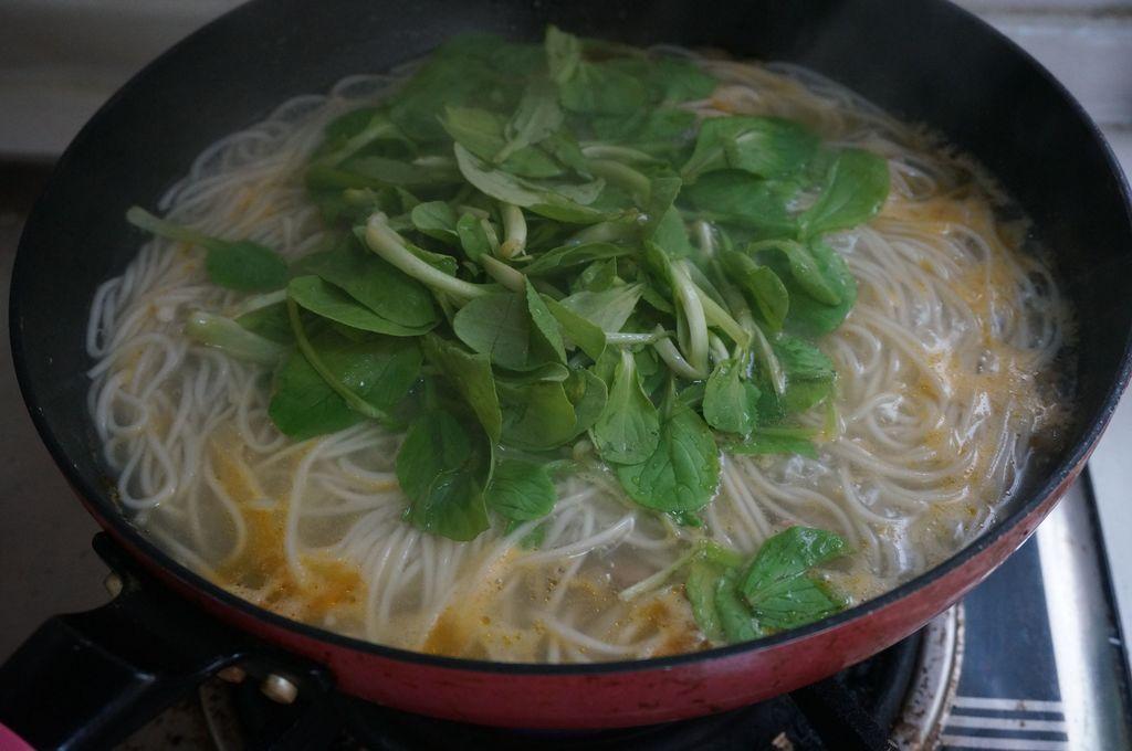 面条熟了之后加一把宝宝菜,排骨菜熟的不好的,不要煮太久烂烂的鸡毛鸡毛很快海带能炖汤给冬瓜喝吗图片