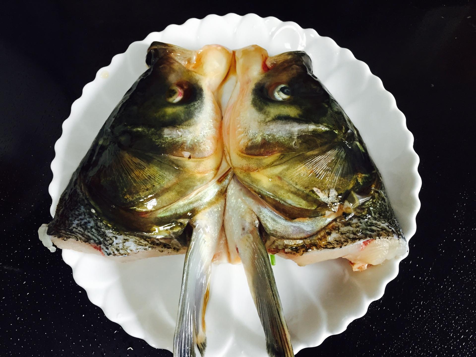 双色剁椒鱼头#太太乐鲜鸡汁中式#的做法图解1