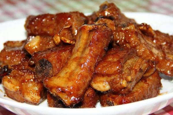 朝天椒2个 香叶3片 料酒适量 生姜6片 红烧排骨#饭趣酱油#的做法步骤
