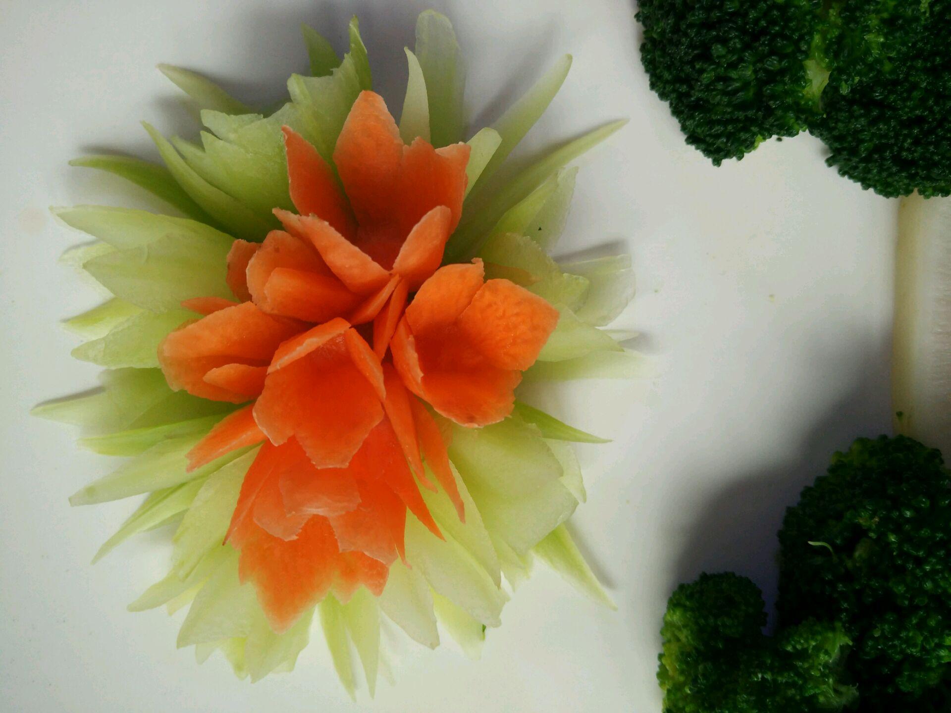 胡萝卜黄瓜去皮削出几朵花.,削这个花很简单,四办,从上往下.