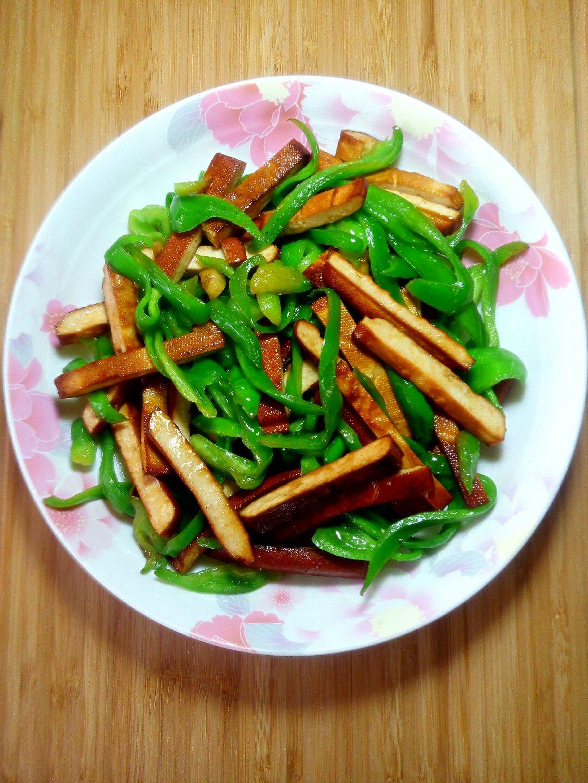 盐适量 鸡精适量 花椒粉适量 酱油适量 青椒炒豆干的做法步骤