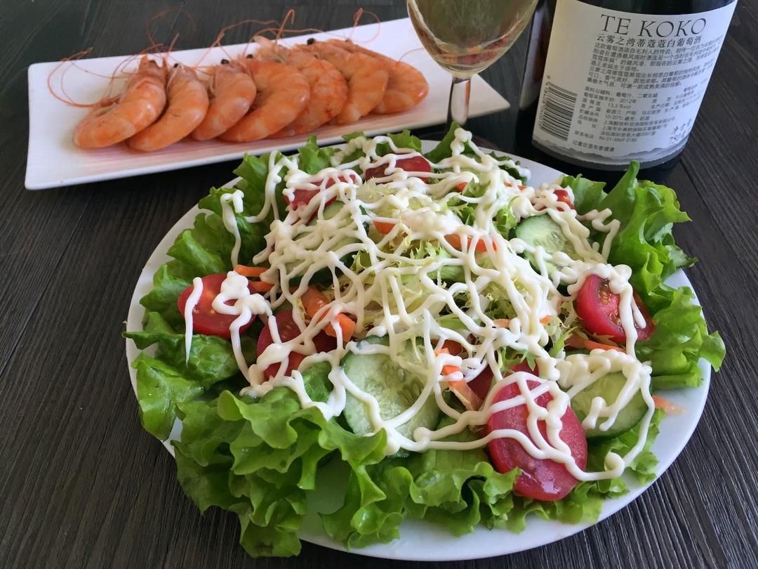 主料 1/2根 5颗 2个 1/4颗 1/3根 沙拉酱适量 蔬菜沙拉的做法步骤