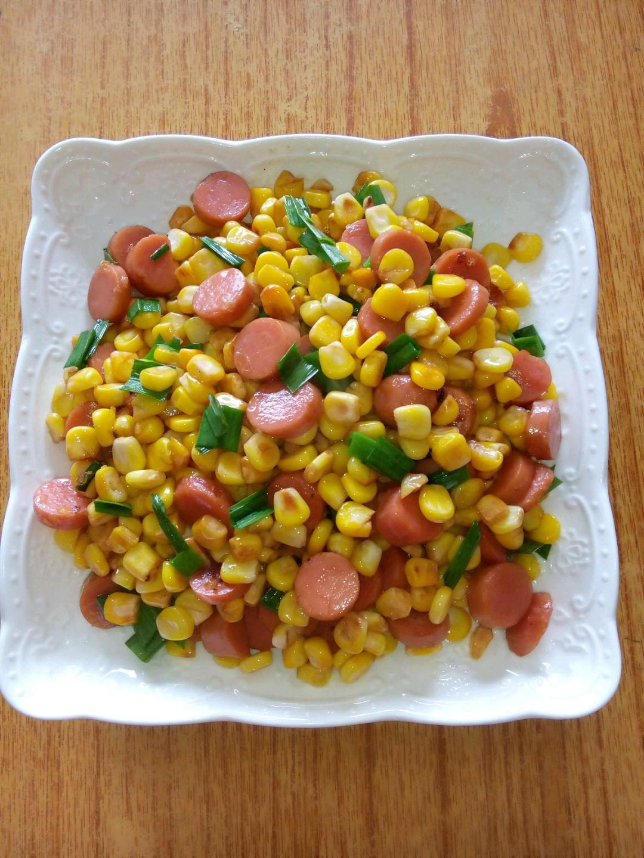 葱苗两棵 盐,生抽少许 火腿肠炒玉米粒的做法步骤 1.