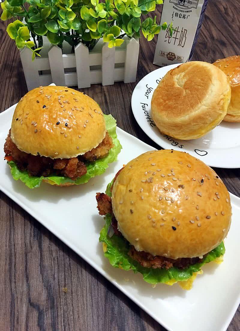 洋葱适量 胡萝卜适量 番茄酱适量 沙拉酱适量 鸡腿汉堡的做法步骤 小