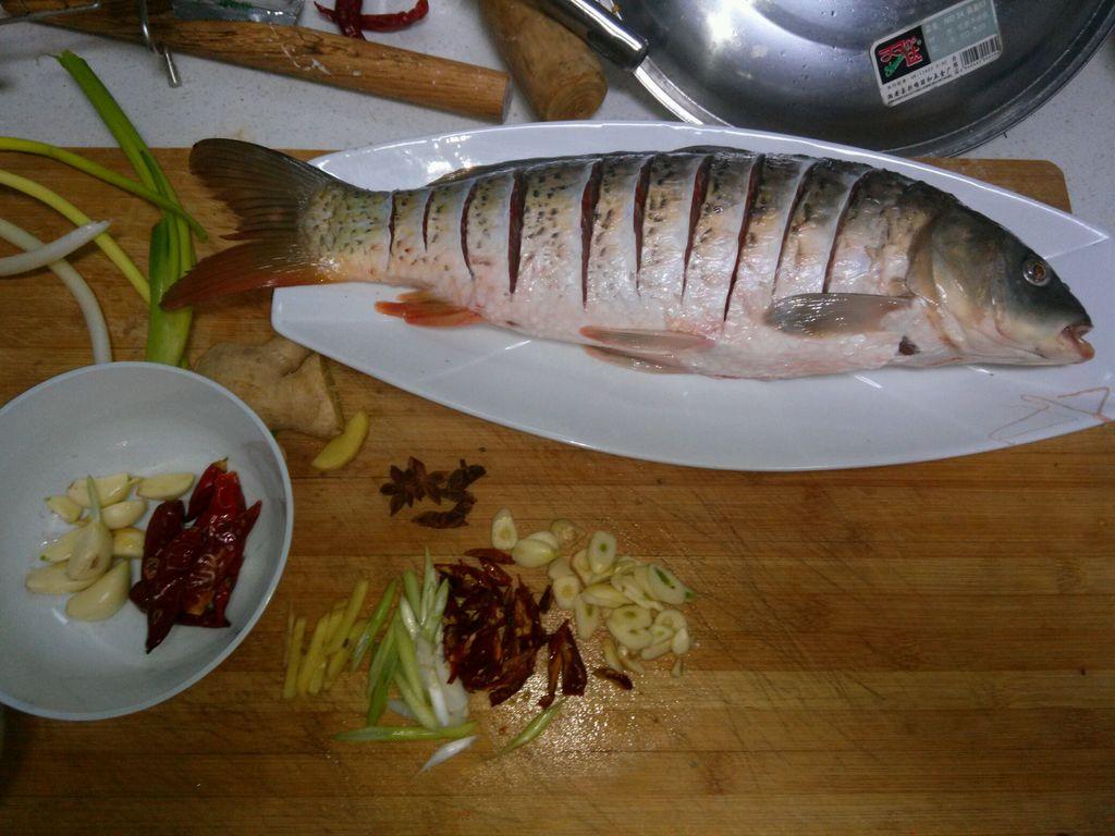 红烧鲤鱼的做法步骤 1.