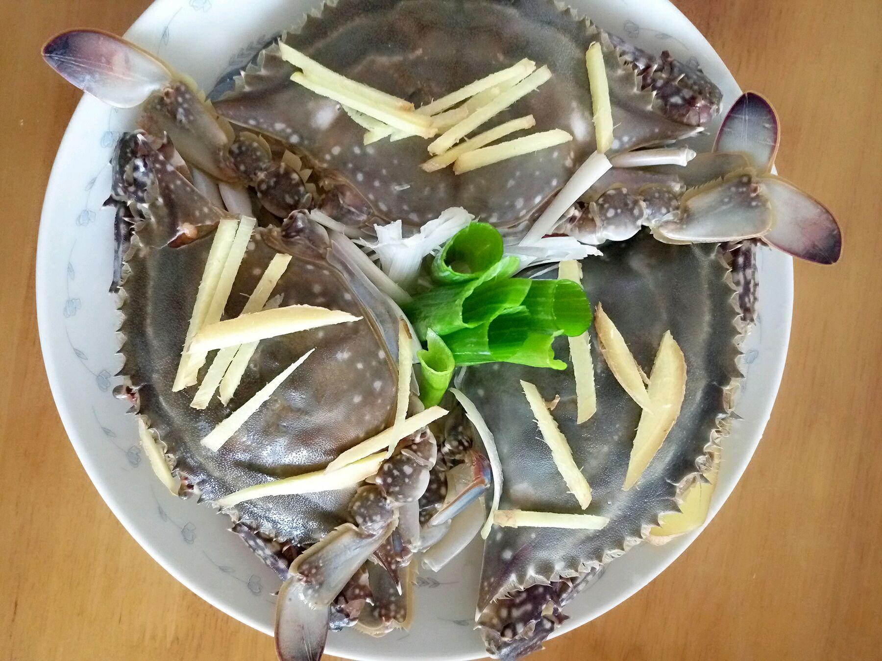 清蒸螃蟹的做法步骤 6. 大锅上水,烧开.放入螃蟹,15-20分钟即可.
