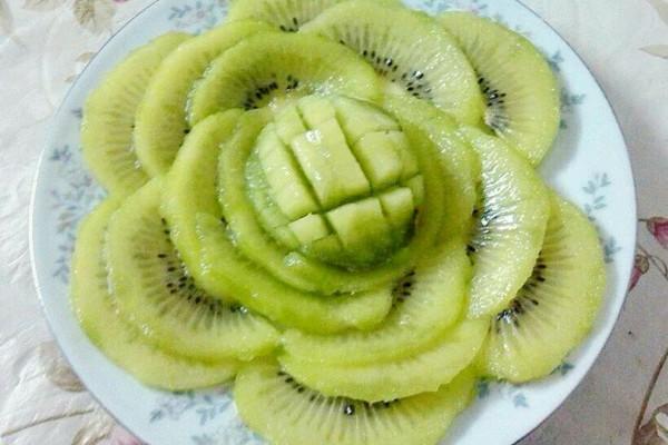 奇异果水果拼盘绿牡丹附猕猴桃巧剥皮方法