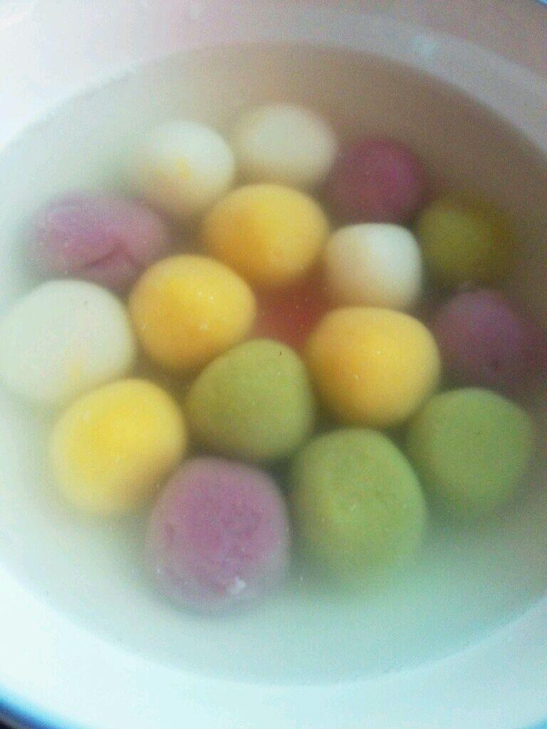主料 糯米粉 老冰糖 五彩小汤圆的做法步骤 6.