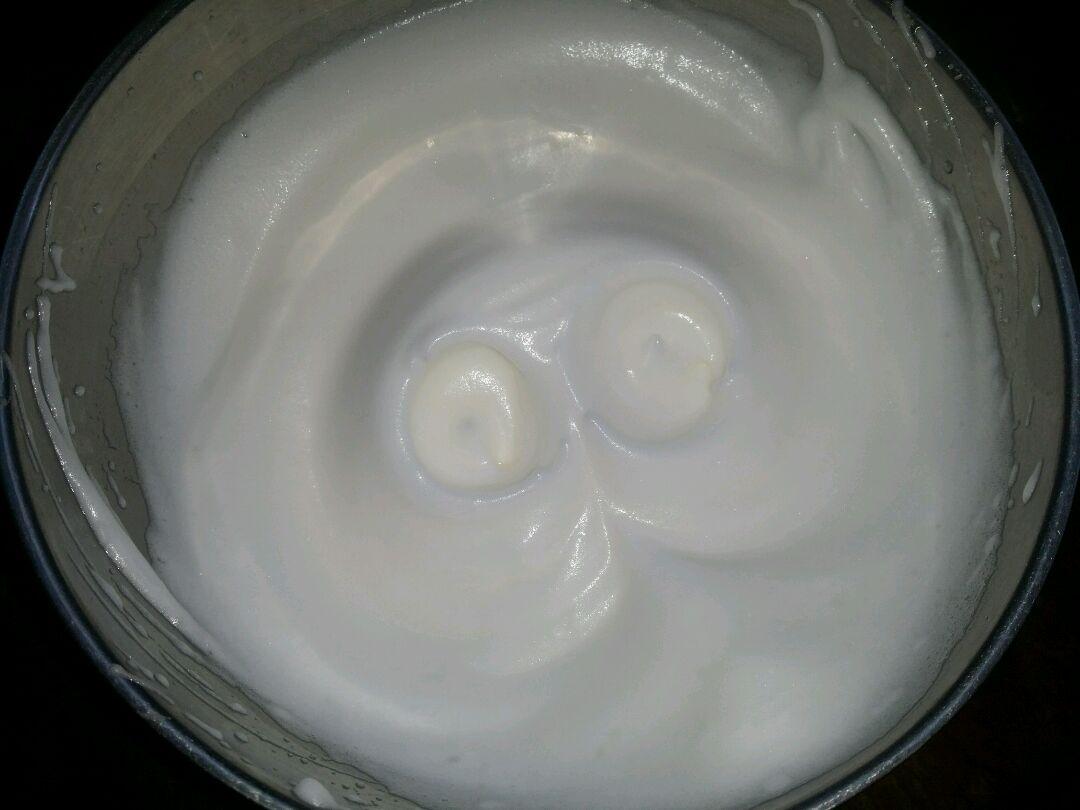 鸡蛋清中加入几滴柠檬汁,发泡三次再分白糖,用打蛋器打发至干性加入安徽蚌埠糙米图片