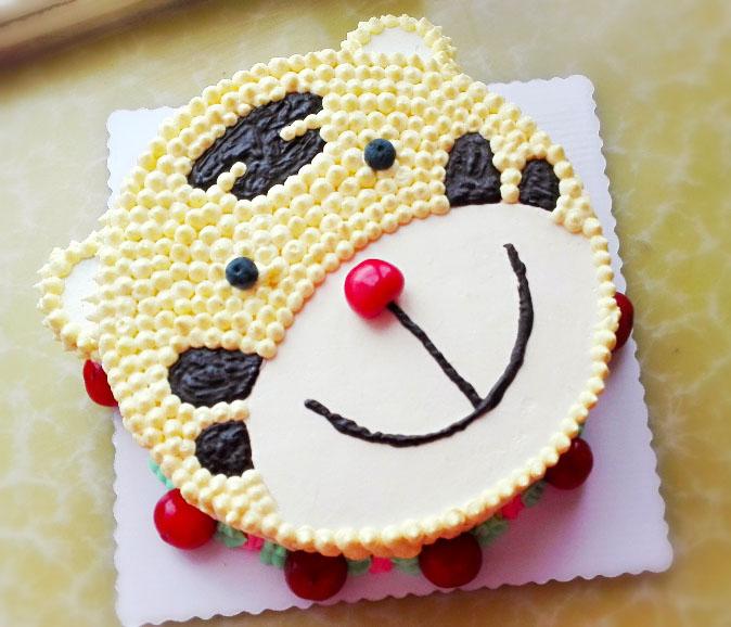 蛋糕周围用绿色奶油和红色樱桃做了装饰,我的可爱老虎就完成了!