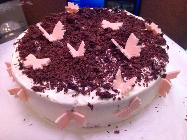 淡奶油400ml 黑樱桃适量 绵白糖适量 翻糖花适量 巧克力碎屑适量 黑森