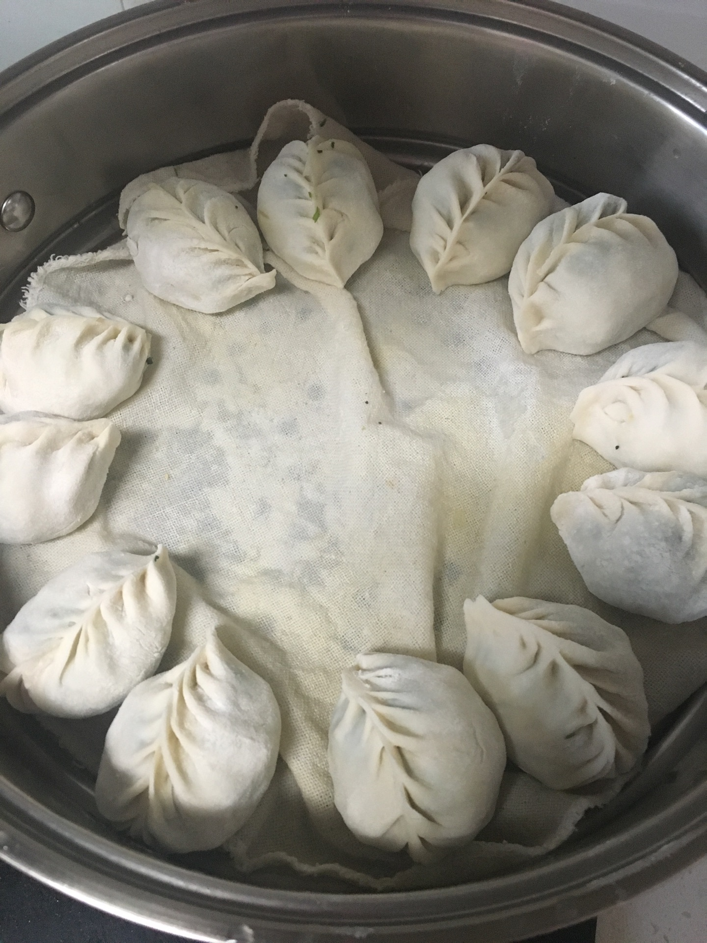 包饺子的步骤就省略了,根据自己的喜好和手艺包成不同形状的饺子吧