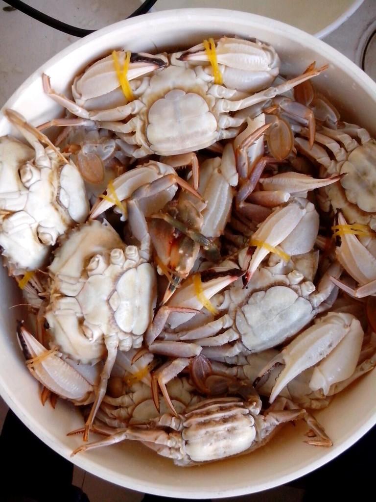 电饭煲清蒸螃蟹的做法步骤 1. 第一步,先将螃蟹洗净