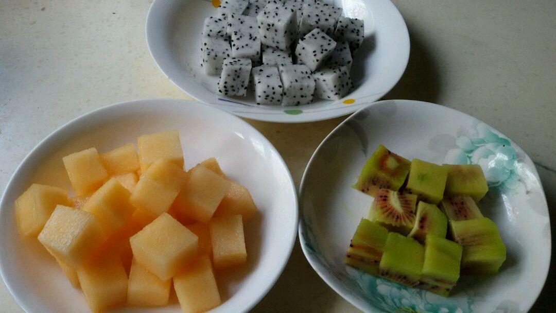 三色水果魔方的做法步骤 2. 分别去皮,切成大小约1立方厘米的小方块.