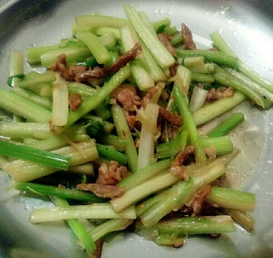 芹菜肉丝的做法步骤 1.