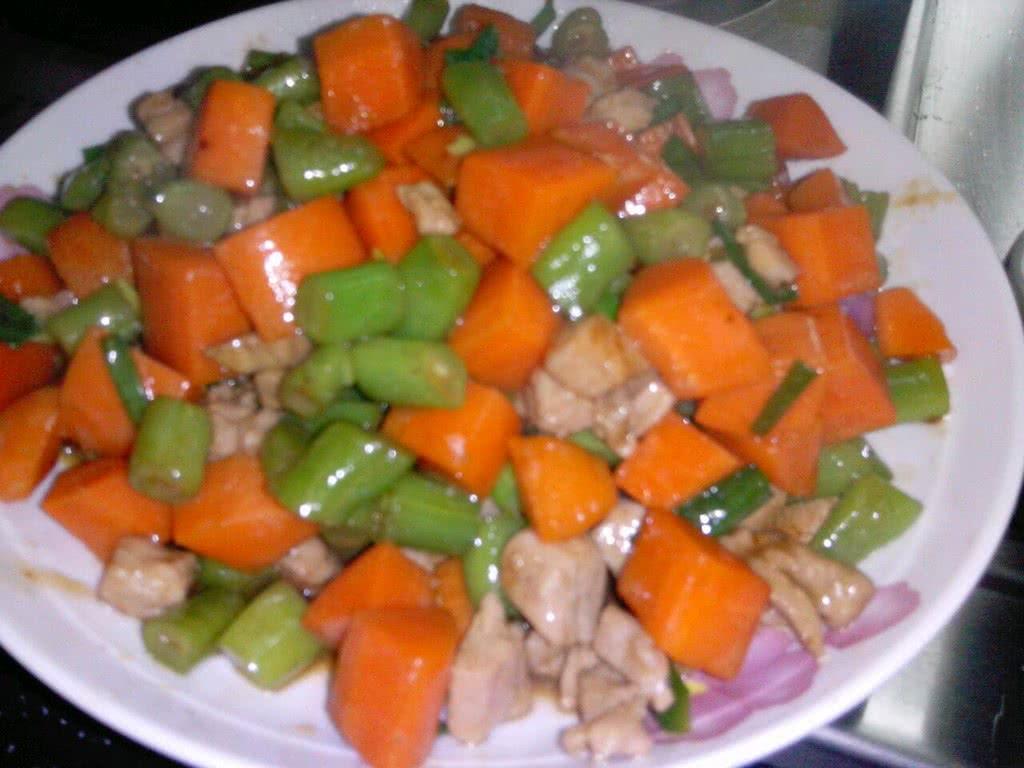 四季豆红萝卜丁炒肉丁的做法图解1