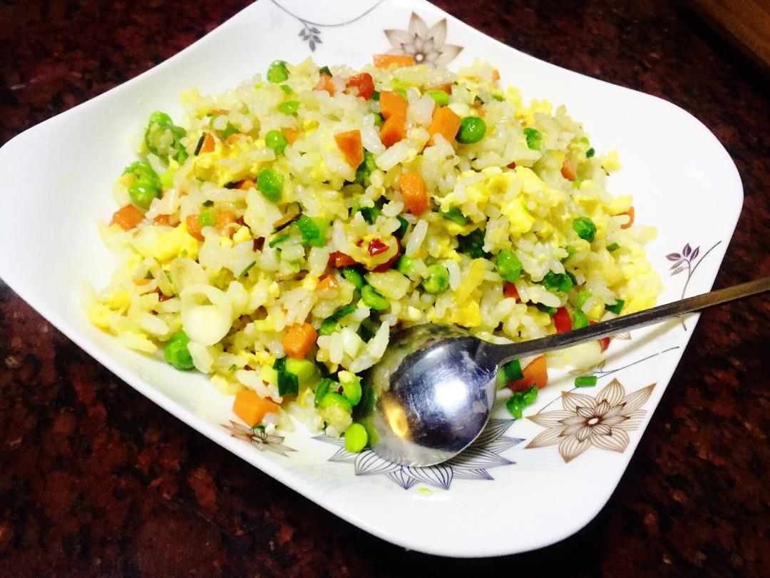 红椒1个 葱 蒜 胡椒粉些许 盐些许 味极鲜些许 简易蛋炒饭的做法步骤