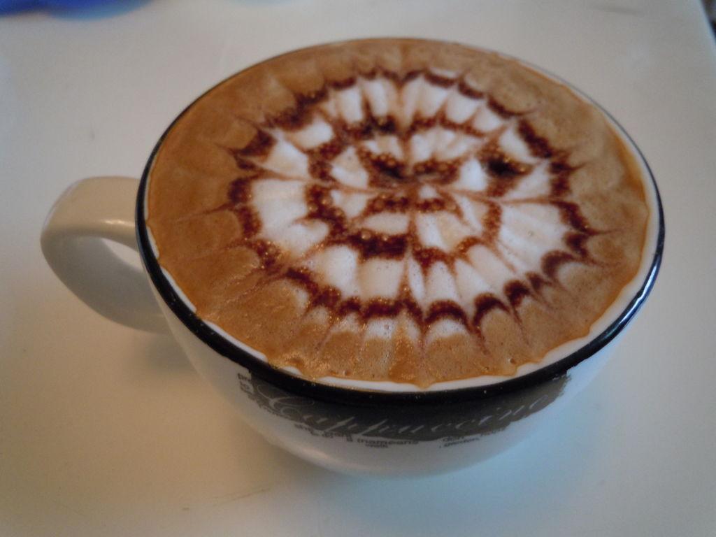 主料 咖啡豆 全脂牛奶 太阳花雕花的做法步骤 1. 磨豆,冲煮 2.